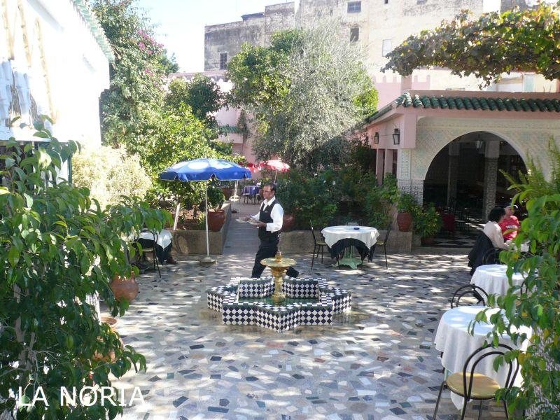 ブー・ジュルード門から歩いて5分。ブー・ジュルード庭園の脇にあるモロッコ伝統料理を営業するカフェレストランです。
